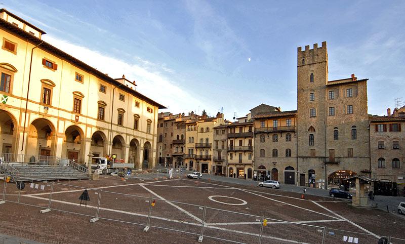 Piazza grande ad arezzo visit italy for Siti di antiquariato
