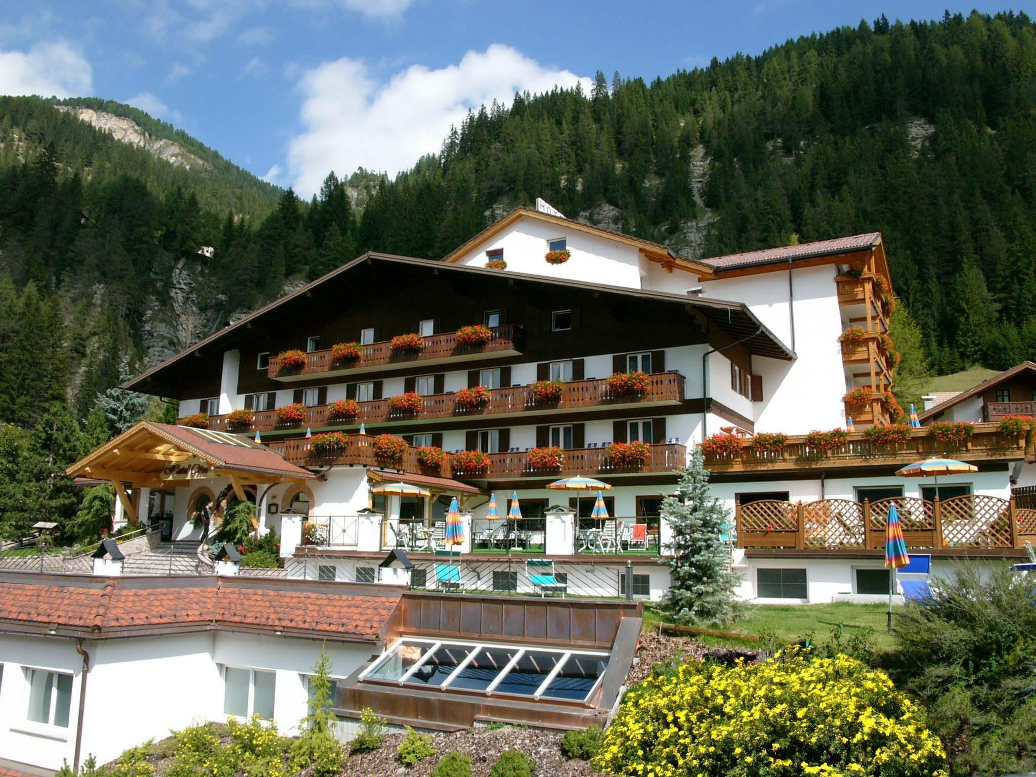 Hotel Cesa Tyrol Canazei Di Fassa Visit Italy #A7A324 2048 1536 H Tavoli Da Pranzo