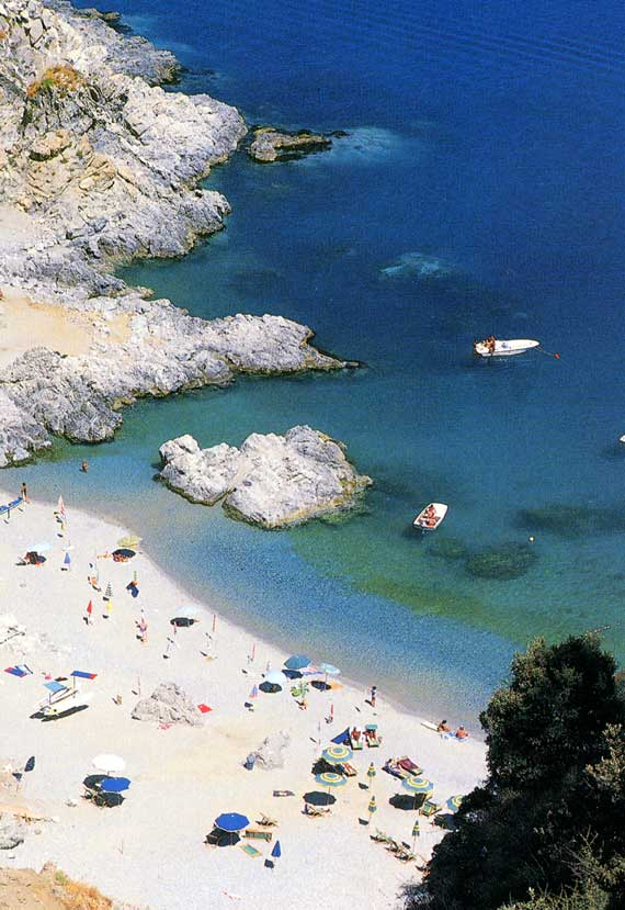 Una tipica costa dello ionio calabrese presso Stalettì -  - Visit Italy