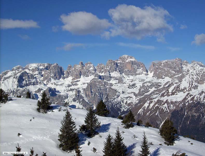 Le pareti rocciose del Gruppo del Brenta e i pendii più dolci della Paganella