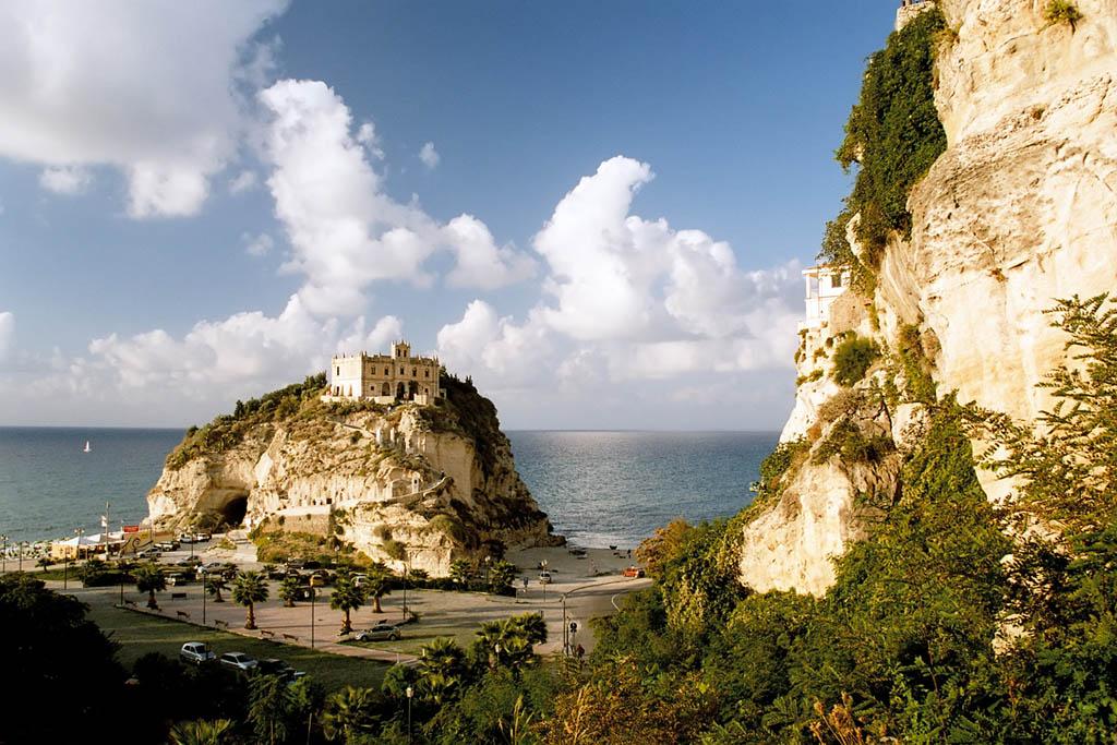 Vista del Castello di Santa Maria dell'Isola