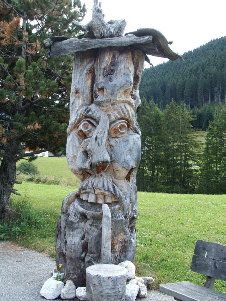 Un tronco intagliato - Selva di Val Gardena - Visit Italy