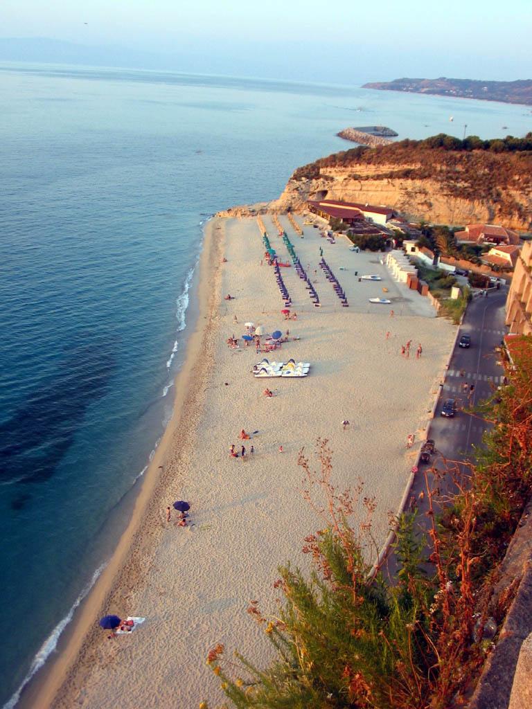 Una delle molteplici spiaggie viste dalla città - Tropea - Visit Italy