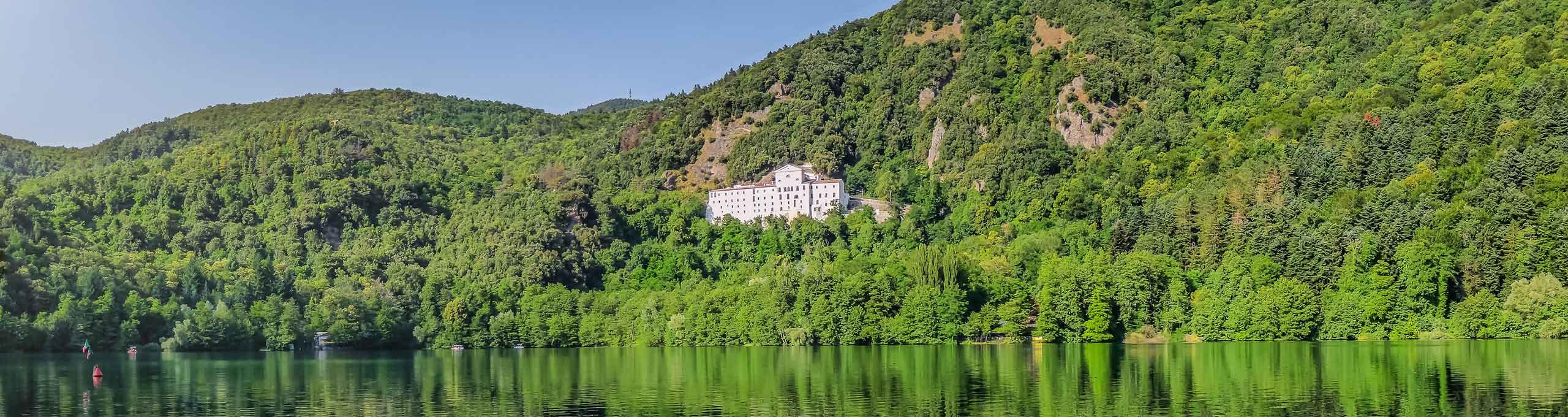Monte Vulture visto dal lago di Monticchio, al centro l'Abbazia di San Michele Arcangelo