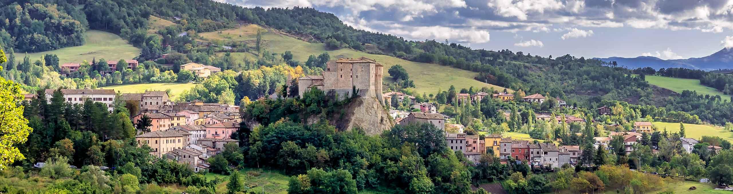 Costruzione fortificata Rocca Fregoso in primo piano