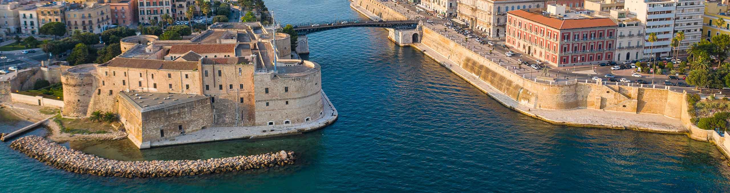Taranto, sulla sinistra il Castello Aragonese