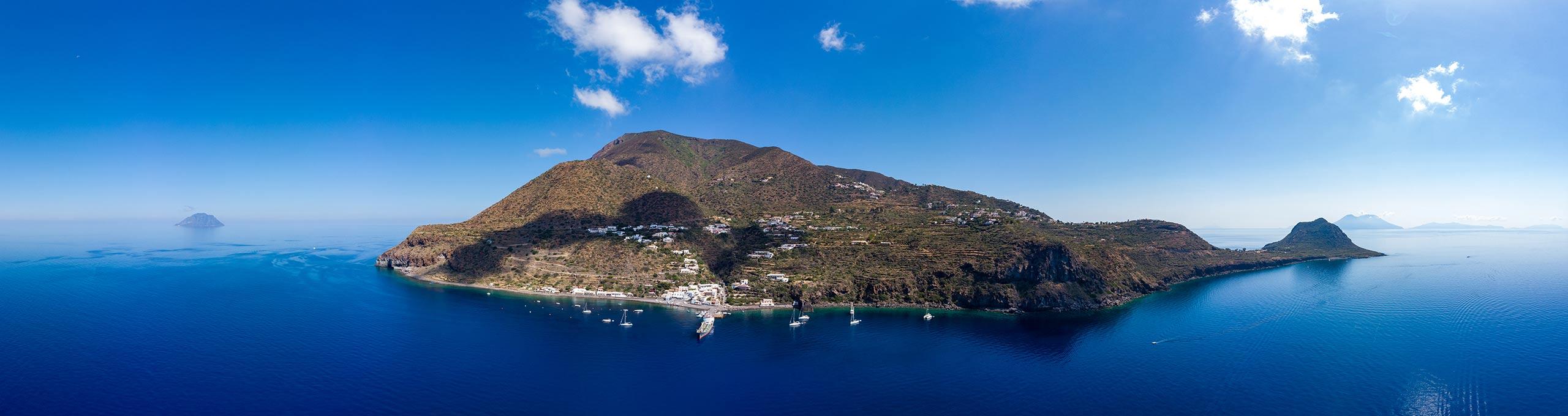 Vista panoramica dell'isola Filicudi nell'arcipelago delle Eolie