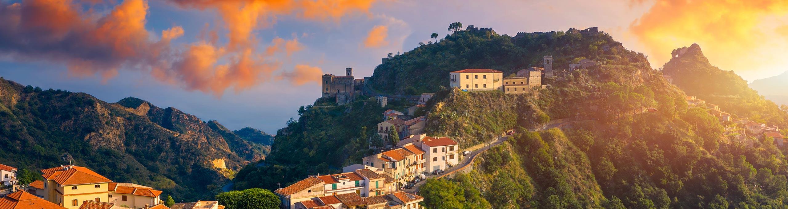 Vista aerea di Savoca, comune dell'entroterra di Taormina