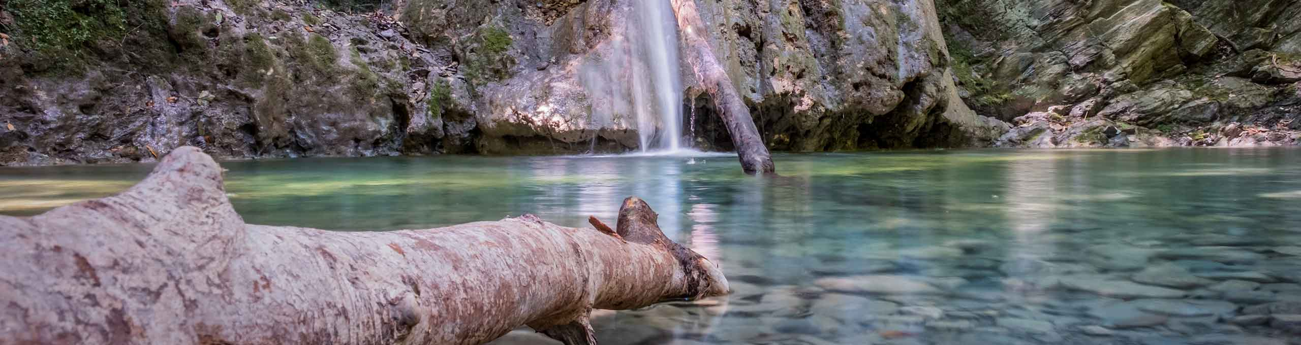 Acqua cristallina nella cascata Ghiaccioni