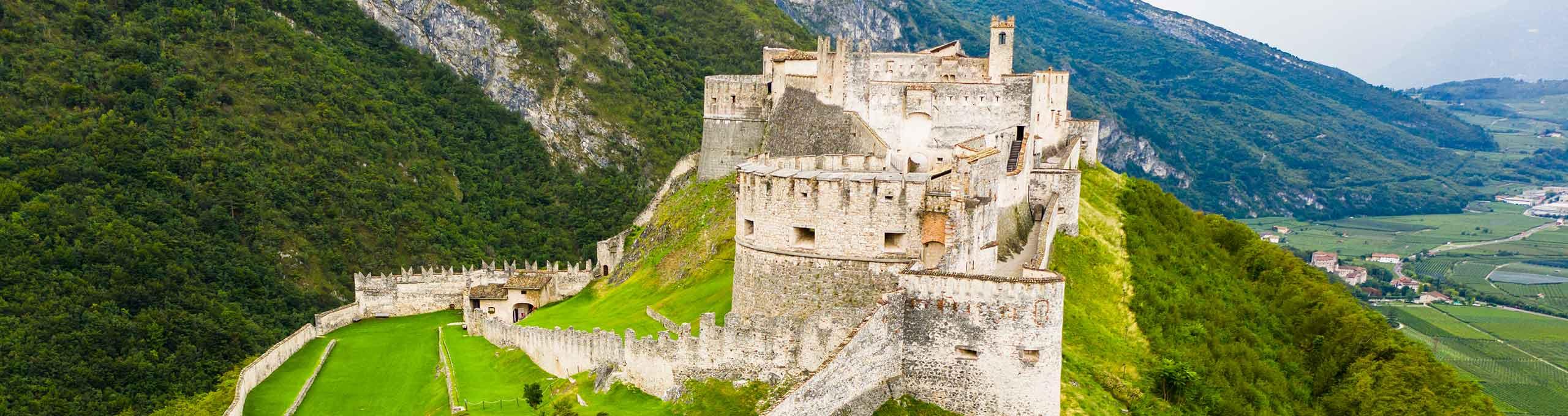 Vista aerea del Castello fortificato di Beseno