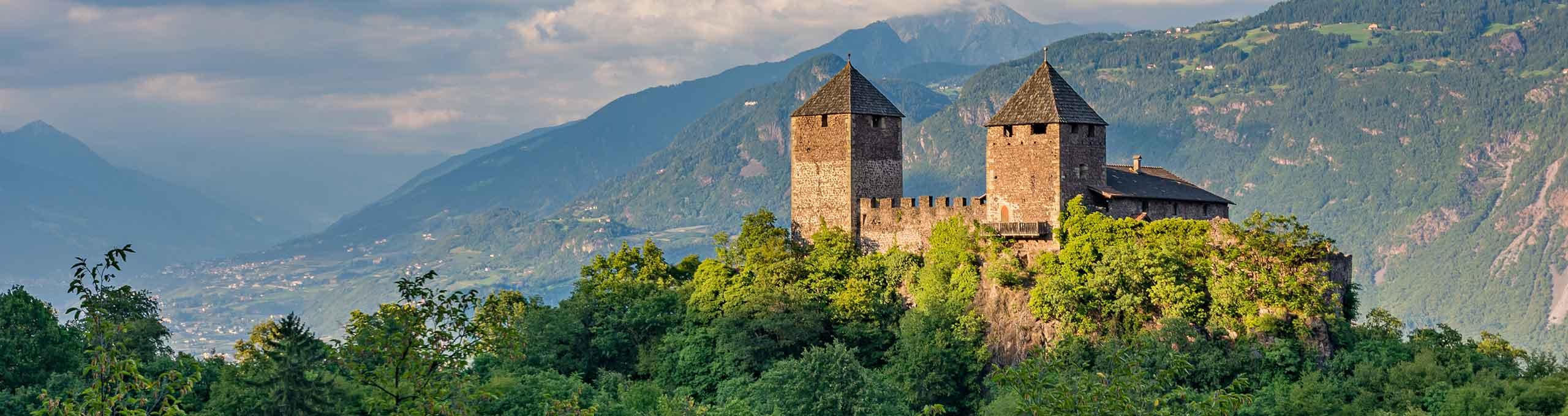 Castel Leone, nello sfondo Picco Ivigno