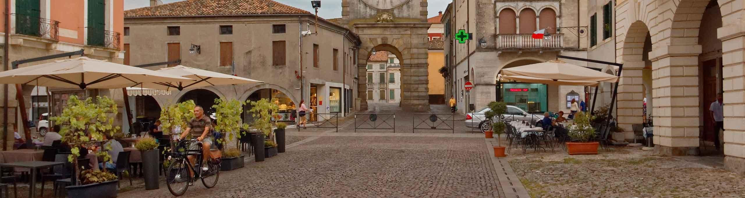 Torre con orologio  nel centro del paese